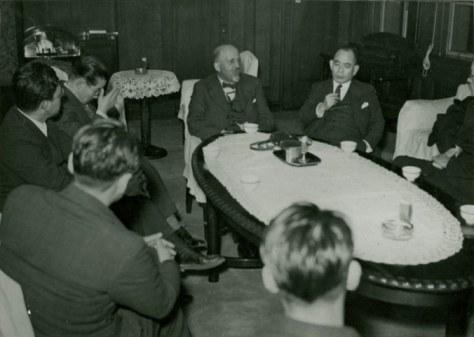 Беседа Дю Буа с японскими официальными лицами