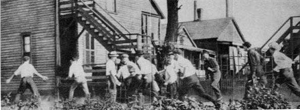 """Группа белых в поисках негра для расправы во время """"мятежного красного лета"""" в США (лето-начало осени 1919)"""