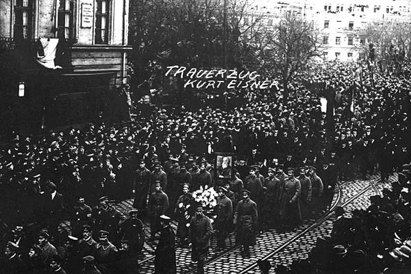 Похоронная процессия прежде небывалого для Мюнхена масштаба провожает убитого Курта Эйснера на Восточное кладбище