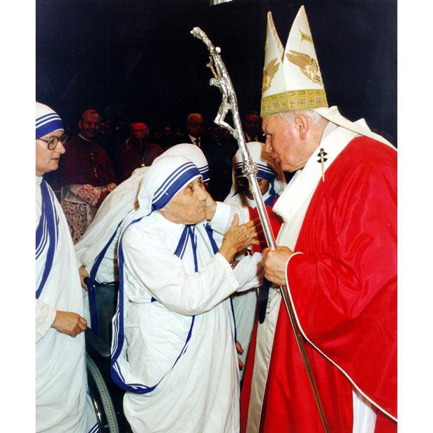 27 июня 1997 года. Папа Римский Иоанн Павел II благословляет Мать Терезу в Ватикане.