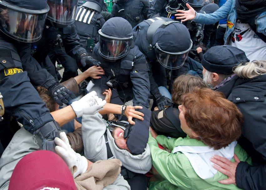 Это они умеют качественно: разгон протестующих против уничтожения городской зелени строительством в Штутгарте