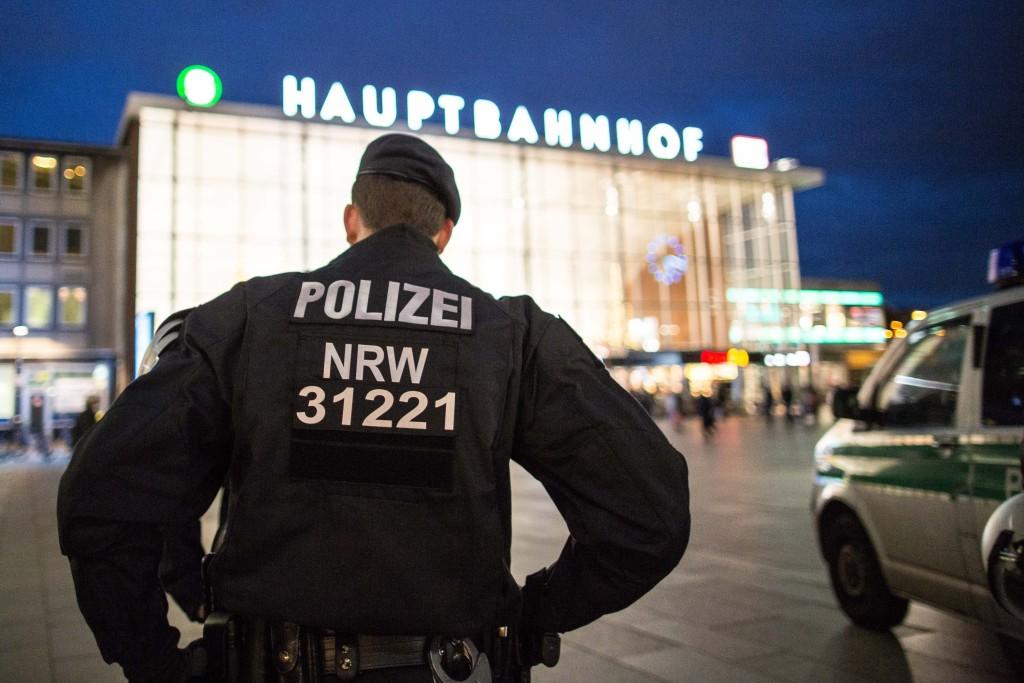 Полицейские перед Кёльнским вокзалом - зашевелились после событий