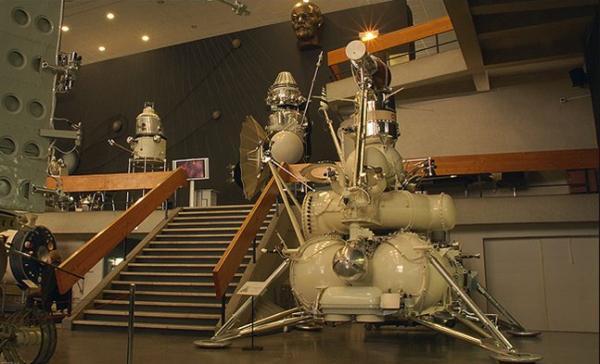 «Луна-24» весила 5 795 кг, при этом масса возвращающей ракеты была 514,8 кг, а спасаемого аппарата, доставившего грунт, — всего 34 кг. (Фото НПО им. Лавочкина.)