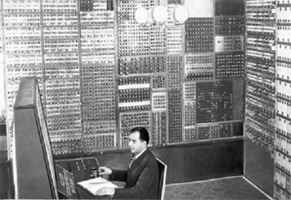 МЭСМ С.А.Лебедева, За пультом Л.Н.Дашевский и С.Б.Погребинский, 1948-1951гг.