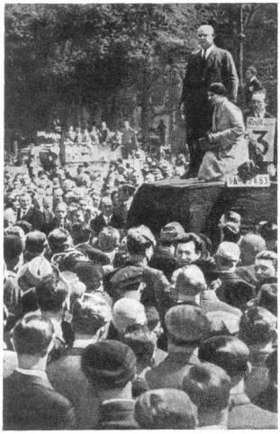 Эрнст Тельман приветствует рабочих на первомайской демонстрации