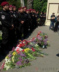 2 мая 2016. Куликово поле оцеплено спецназом. Люди оставляют цветы у ног полицейских.