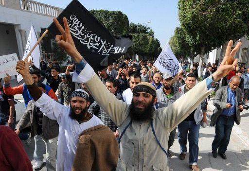 """Демонстрация """"Ан-Нахды"""" в центре Туниса 10 февраля 2013 г. - как бы в защиту """"закона и порядка"""" после беспорядков, в которые перерос протест против убийства левого политика Шокри Белаида. Убитого исламистами, of course"""
