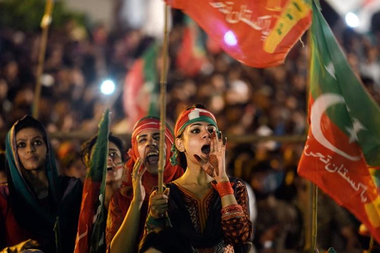 Сторонники партии Имран Хана во время массового митинга.