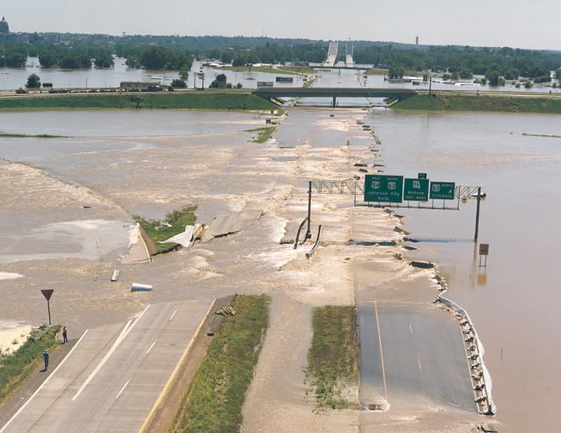 А. Большое наводнение (Great Flood) на р.Миссури, 30 июля 1993. Затоплены окрестности международного аэропорта и федеральной автострады 54 севернее Джефферсон-Сити, Миссури.