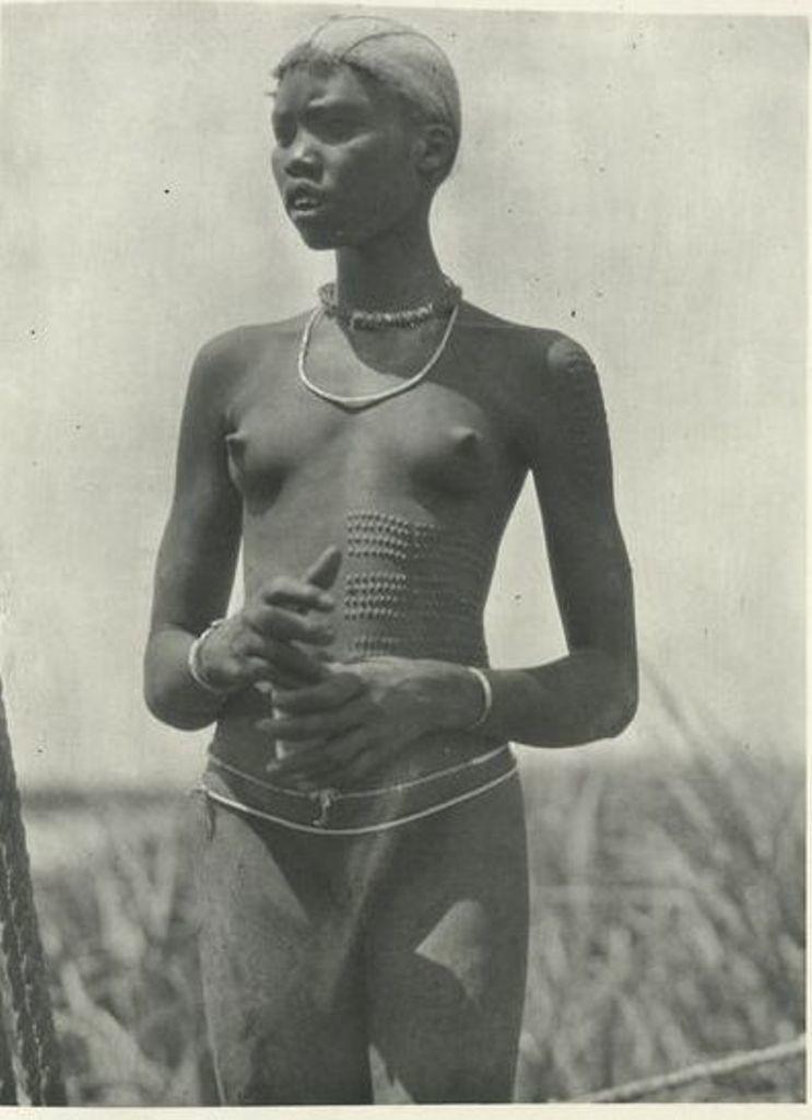 Женщина нуэр с ритуальными шрамами