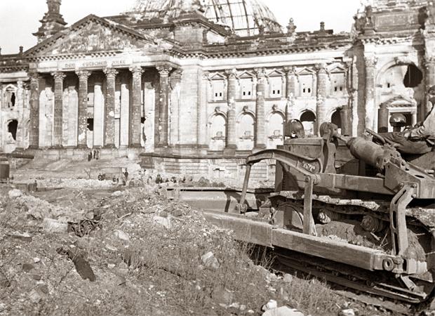 Очистка щебня около здания Рейхстага, который был серьезно поврежден во время Второй мировой войны, в Берлине, фото 1948 года. Источник фото: globallookpress.com
