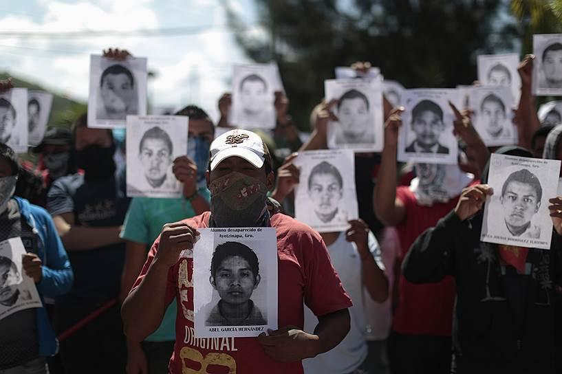 В мексиканском городе Игуала-де-ла-Индепенденсия 26 сентября прошла демонстрация против изменений в сфере образования. Во время демонстрации были убиты шестеро человек и 43 пропали без вести. Инцидент вызвал волну акций протестов по всему штату, в котором расположен город.