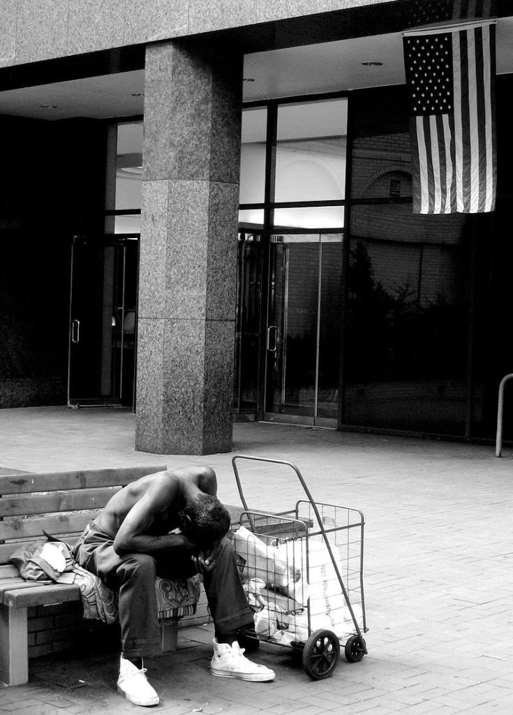 Нью-Йоркский бездомный у небоскрёба ООН