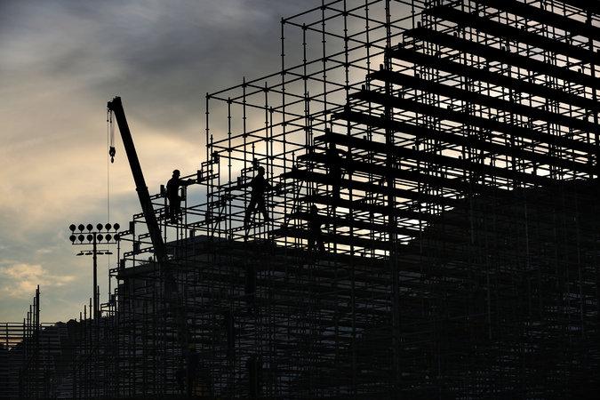 Рабочие готовят волейбольную арену в Копакабане