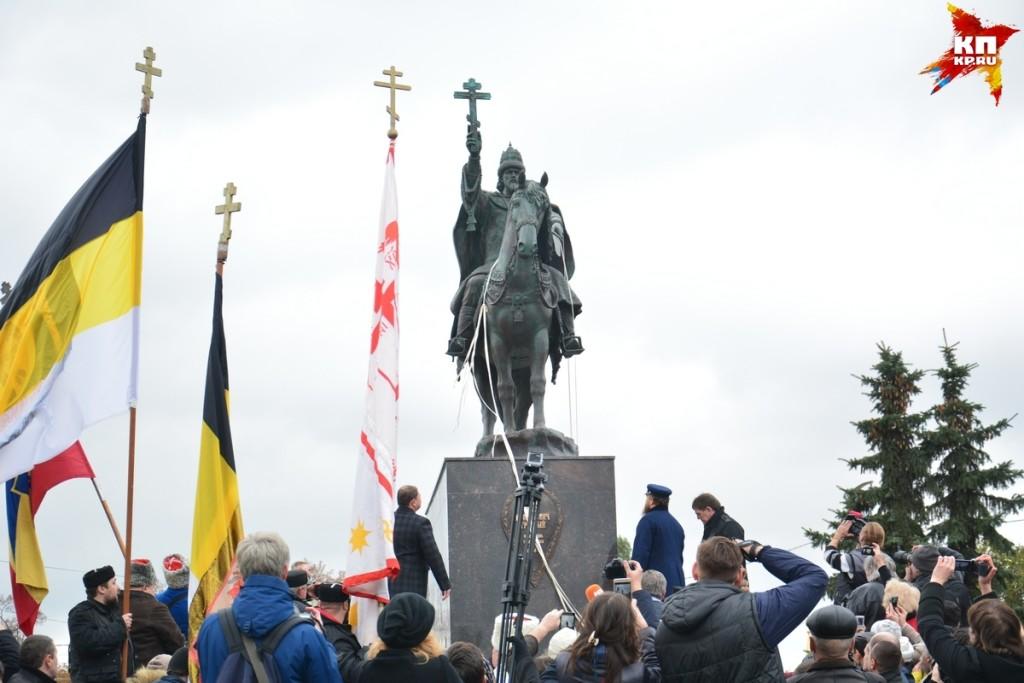 ПамятникЪ и черносотенцы в Орле