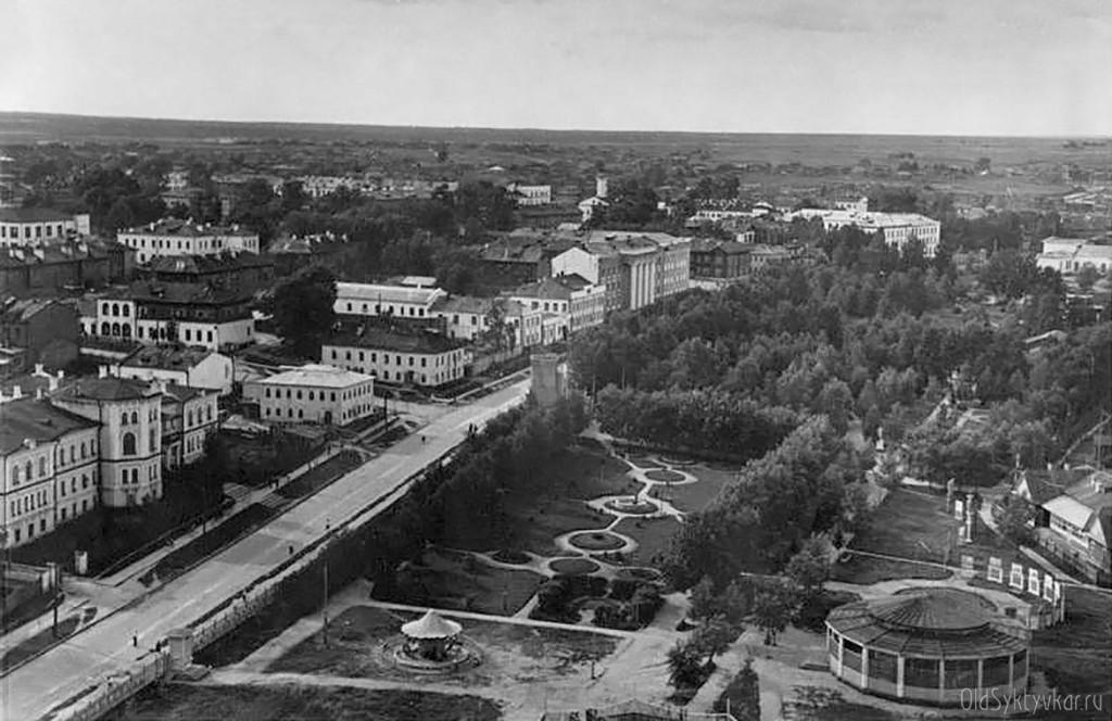 Новый Сыктывкар, 1934. Большевики создали городской парк был установлен памятник В. И. Ленину, построены открытая эстрада, летний театр, спортивная площадка и кинотеатр. И снесли церкви.