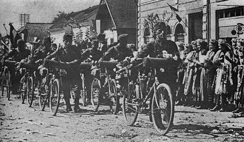 Местное венгерское население радостно встречает венгерские войска, вступающие в Северную Трансильванию. Сентябрь 1940 г. Дальше начнутся убийства румын и евреев.