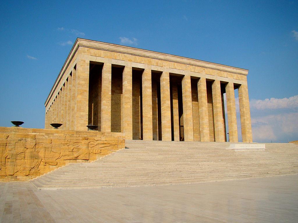 Аныткабир (Anıtkabir — «мемориальная могила») мавзолей, усыпальница основателя и первого президента Турецкой республики Мустафы Кемаля Ататюрка в Аннкаре.