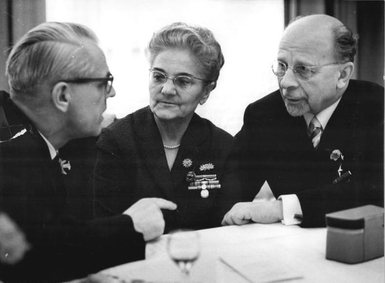 Вальтер Ульбрихт (справа) с женой Лоттой и Вилли Штофом