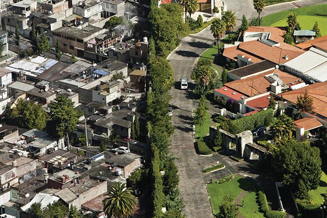 Здесь и далее - граница между бедным и богатым кварталом в Мехико