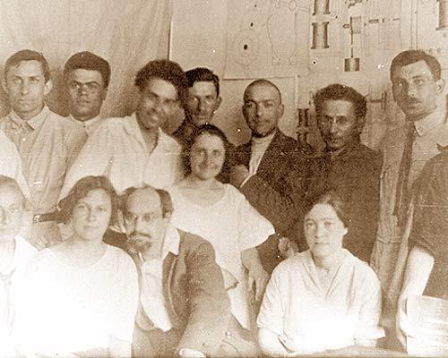 Л.С. Выготский среди коллег. Во втором ряду слева направо: третий – А.Р. Лурия, пятый – Л.С. Выготский
