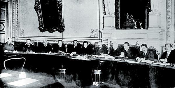 Совет министров Временного правительства: в центре — министр юстиции Керенский, справа от него Председатель Совета князь Львов. Четвертый справа — министр иностранных дел Милюков