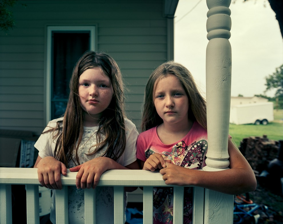 """Элизабет (8 лет) и Алина (9 лет) Эймсен – двоюродные сетры из Галф Коуст, Луизиана. Отец Алины занимается рыбной ловлей, и после инцидента с нефтью """"Бритиш петролеум"""" ее мать Киндра стала активисткой, требующей возмещения убытков. Родители беспокоятся о здоровье детей и о том, что дети не смогут продолжить семейное дело."""