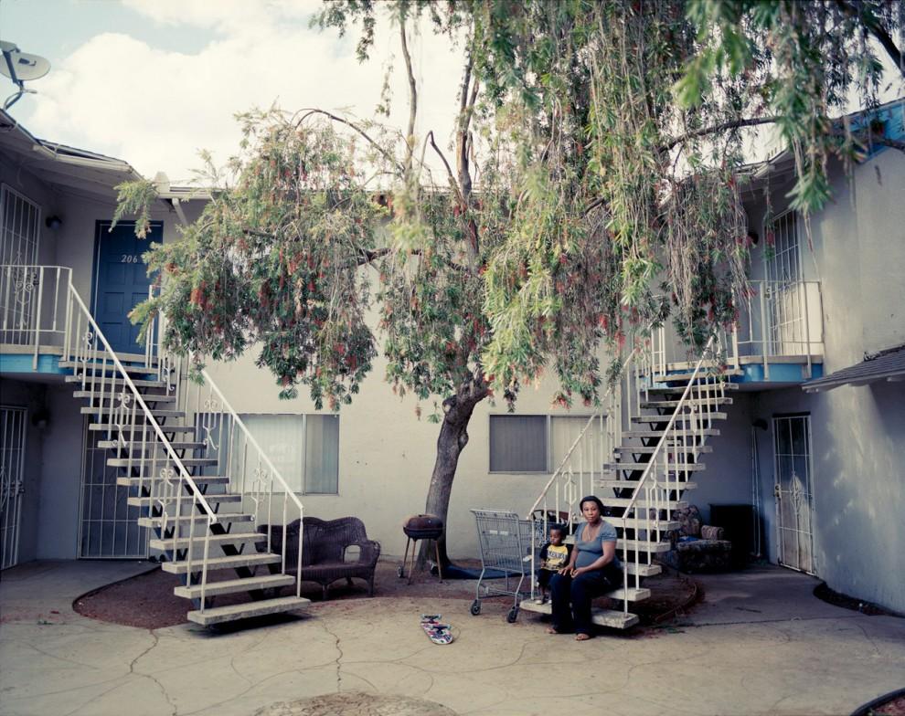 Франсе Менгиста рядом с сыном своего соседа Миком Тейлором в Френсо, Калифорния. До того, как родить ребенка, Франсе работала сиделкой у пожилых людей. Она и ее жених, подрабатывающий автослесарем и учащийся на медбрата, получают 200 долларов в талонах на еду в месяц. Отец Мика уже несколько лет безуспешно ищет работу.