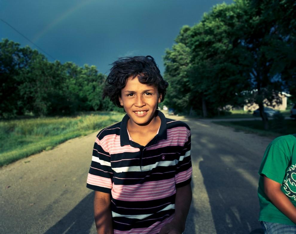 Малик Чиппс катается с друзьями на велосипеде в Черри Крик, Южная Дакота. Этот одиннадцатилетний мальчик живет со своей семьей в сыром доме, и эта сырость, по мнению матери, является причиной астмы у Малика. Однажды он чуть не умер из-за приступа, потому что скорой помощи нужно очень долго добираться до поселка. Семья собирается вскоре переехать.