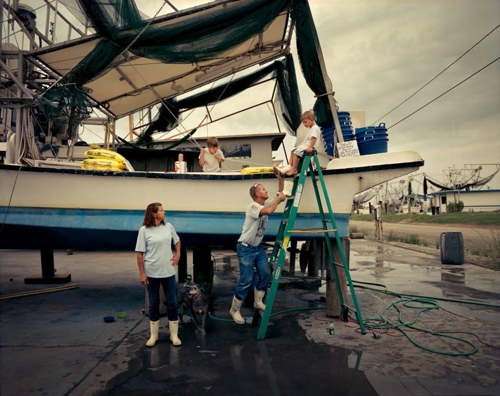 """И Дарла (48 лет) и Тодд Рукс (46 лет) – потомственные рыбаки из Луизианы. После разлива нефти компании """"Бритиш петролеум"""" их доходы от рыболовства сильно сократились, и они вынуждены жить на своей лодке."""