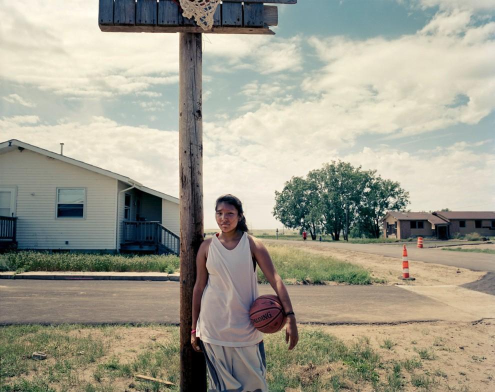 Тринадцатилетняя Спирит Грасс живет в семье из шести человек в Тандер Бьютт в Южной Дакоте. До недавнего времени семья выживала на $3,500 в год. В этом году ее мать, ветеран, нашла постоянную работу в медицинской лаборатории, но как и все здесь, вынуждена ездить на работу очень далеко, чтобы обеспечить семью