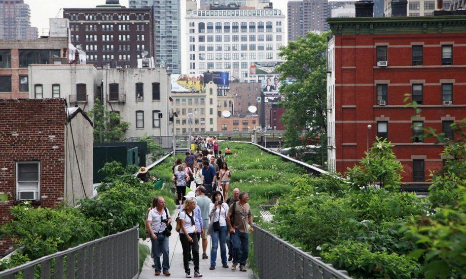 Один из известных примеров зелёной джентрификации — парк Хай-Лайн в Манхэттене, созданный на месте надземной железной дороги.