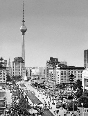 Берлин (ГДР). Карл-Маркс-алле. 1952—56. Архитекторы Г. Хензельман, Р. Паулик, X. Хопп.