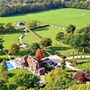 Евгений Чичваркин в 2009 г. приобрёл поместье Барбинз-Грейндж (Barbins Grange) площадью в 41 гектар в Дансфолде за 11 миллионов фунтов стерлингов