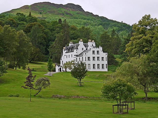 """Замок Aberuchill Castle в Шотландии, принадлежит владельцу Новолипецкого меткомбината Владимиру Лисину. Здесь и далее иллюстрации из: """"Поместья российских нуворишей на туманном Альбионе"""""""