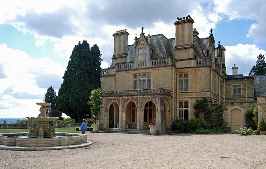 Это поместье площадью в 24 гектара за 12 миллионов фунтов стерлингов купил в августе 2009 года другой совладелец «ЕвроСети» — Тимур Артемьев