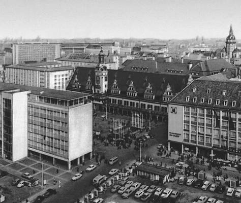 Лейпциг Площадь Альтер Маркт. В глубине — старая ратуша (начата в 1556, арх. И. Лоттер); справа — Дом ярмарок (1961—63, арх Ф. Гебхардт, В. Шайбе, Р. Фольшвиц)