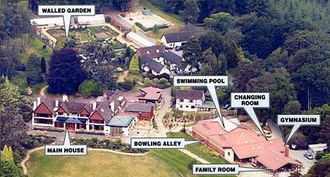 Роман Абрамович еще в 1999 году купил себе поместье Fyning Hill (440 акров — 1,8 квадратных километра) в Западном Суссексе за 12 (по другим данным, за 15) миллионов фунтов стерлингов. Еще 10 миллионов он вложил в его реконструкцию.
