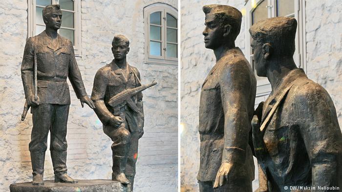 Пара восточногерманских солдат, вооруженных автоматами. Скульптура была заказана через пять лет после начала строительства Берлинской стены для памятника погибшим пограничниками на Иерусалимской улице. Однако позже там решили установить другой монумент, а этот оказался перед казармой учебного полка в районе Вильгельмсхаген.