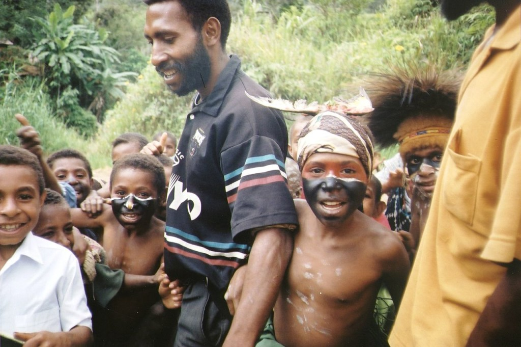 1280px-Children-in-Papua-New-Guinea