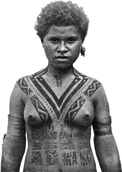Меланезийка племени койта (Новая Гвинея). Татуировку выше груди ей сделали, когда она достигла возраста замужества. Seligmann G.G., with a chapter by F.R. Barton. The Melanesians of British New Guinea
