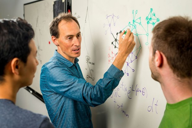Джонатан Притчард объясняет омнигенную модель своим соавторам, а то они тупят. Фото: Steve Fisch.