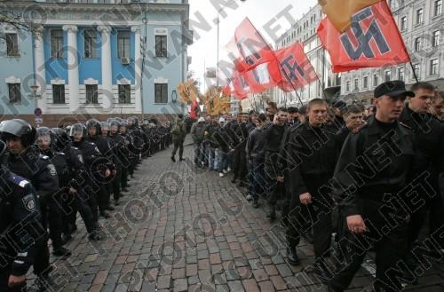 """Марш неонацистов в центре Киева, закончившийся побоищем с милицией. 2008 год. Обратите внимание на значок, сейчас присутствующий у всех местных """"патриотов"""""""