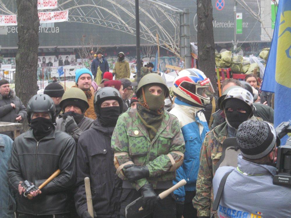 """Неонацисты, руководившие Майданом 16.02.2014. Ещё до победы  они избивают своих оппонентов и пытают """"подозрительных"""" среди своих"""