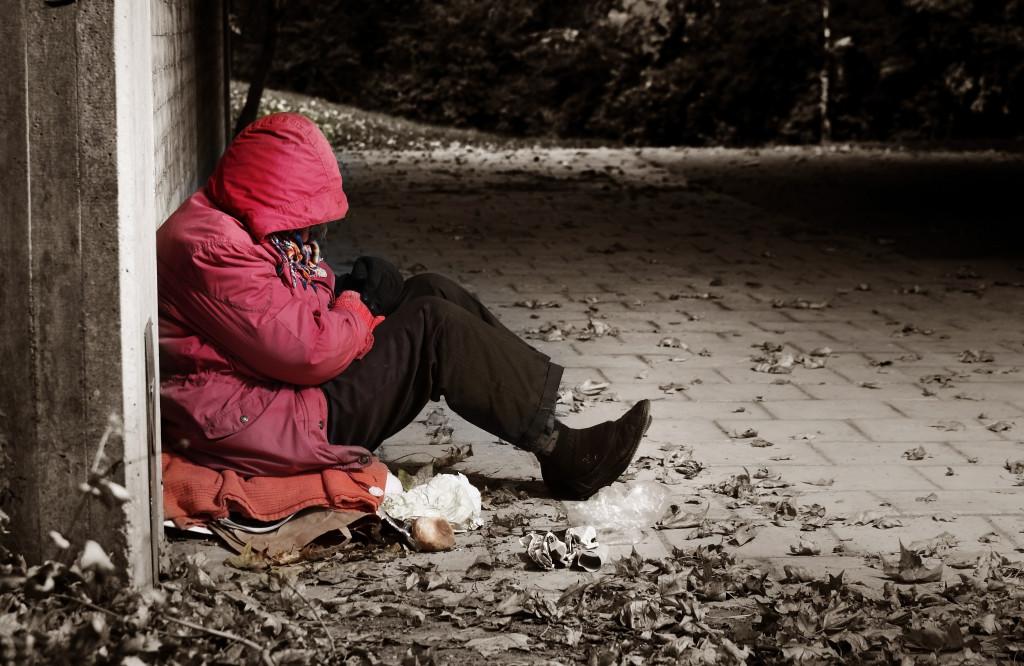 Бездомная у заброшенного здания. Торонто