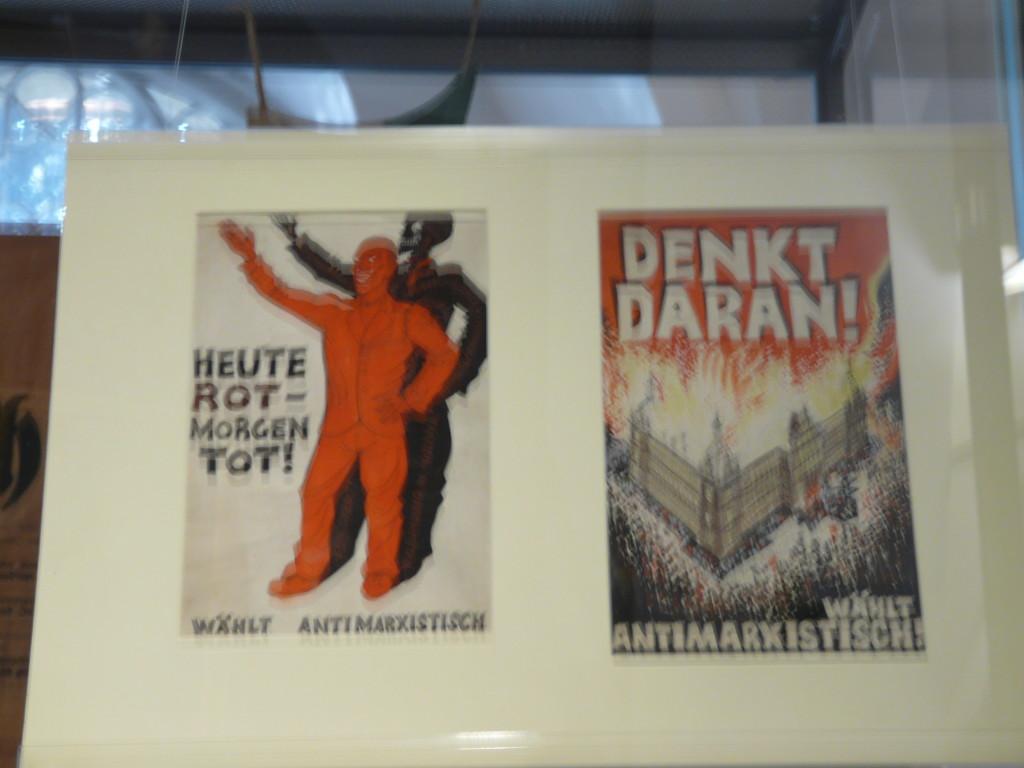 """""""Сегодня красный, завтра мёртвый (слева). Помни об этом (в смысле о революционном пожаре, что на картинке). Выбирай антимарксистски"""" - предупреждение классового врага, что он не остановится ни перед каким преступлением и насилием. Австрийские эсдеки его, увы, забыли..."""