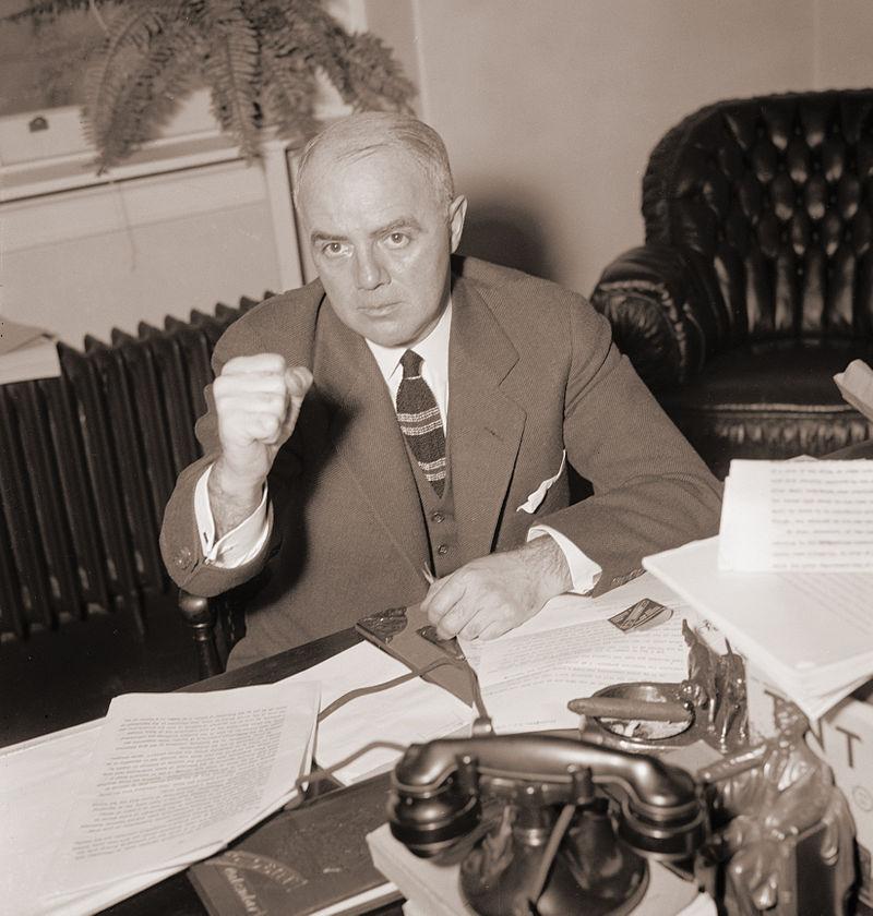 """А руководитель этой самой HUAC, республиканец Джон Парнелл Томас, урождённый Финей (справа), даже """"новый курс"""" Рузвельта считал антикапиталистическим, и не отличал настроений в его пользу от коммунистических. Наиболее известен посадкой """"голливудской десятки"""" - деятелей Голливуда, тех немногих, кто пробовал противостоять комиссии на основе """"американских свобод"""", ссылаясь на 1ю и 5ю поправки (свобода слова и право не свидетельствовать против себя). Да и быть коммунистом по американским законам не составляло никакого преступления, подлежащего расследованию (опять же незаконными методами) и преследованию. Понятно, что сие не осталось безнаказанным, они попали в тюрьму за """"неуважение к Конгрессу"""".https://en.wikipedia.org/wiki/Hollywood_blacklist… Один из них, Ларднер-мл., в тюрьме повстречал своего обвинителя. Достойнейший председатель HUAC воровал деньги, выделенные для комиссии, создавая как бы работавших в конгрессе """"мёртвых душ"""" - чем безусловно доказал приверженность капитализму и американизму. В борьбе с обвинением он активно ссылался на ту самую 5 поправку, за обращение к которой травила и сажала Комиссия, почему доказать удалось лишь несколько эпизодов."""