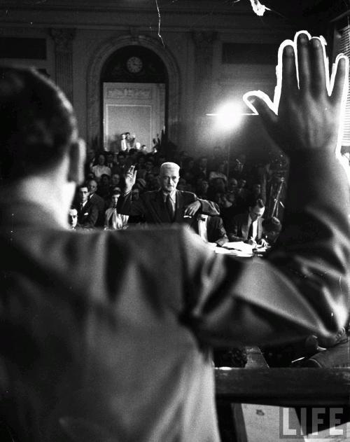 Дэшил Хэммет присягает перед Джозефом Маккарти