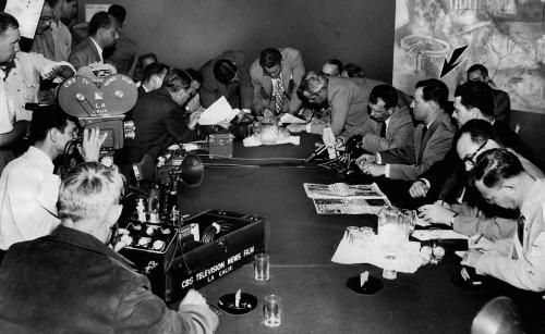 Конгрессмен Дональд Джексон снимает с Люсиль Болл подозрения в коммунистической деятельности, 1953