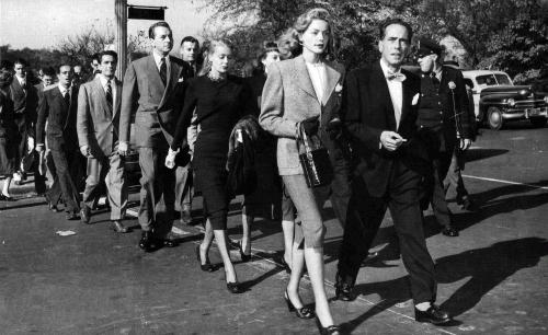 Активисты Комитета Первой поправки во главе с Лорен Бэколл и Хамфи Богатом направляются к зданию Палаты представителей, чтобы вручить ноту протеста, 1947